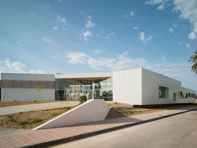 Spain: Nursery School and Kindergarten between palms, Los Alcázares, Murcia - COR & asociados
